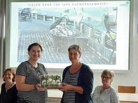 Carola Jacobs bedankt sich für die Klever Landfrauen bei Frau Booten vom AEZ für die interessante und informative Führung